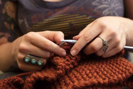 Lavorare a maglia fa bene alla salute mentale