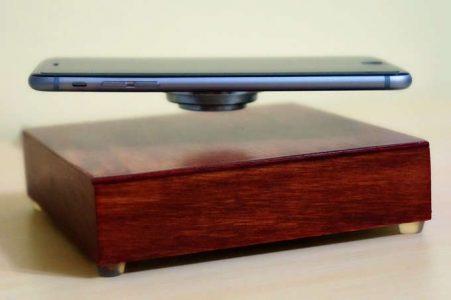 OvR Charge consente di ricaricare lo smartphone senza fili, facendolo lievitare.