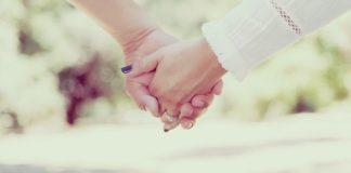Gli scienziati spiegano l'importanza del tenersi per mano