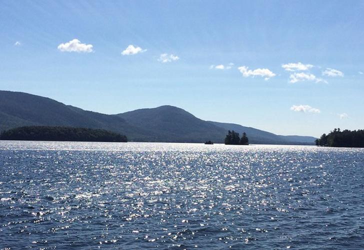 Ufo: strane sfere fluttuanti compaiono su un lago degli Stati Uniti [VIDEO]
