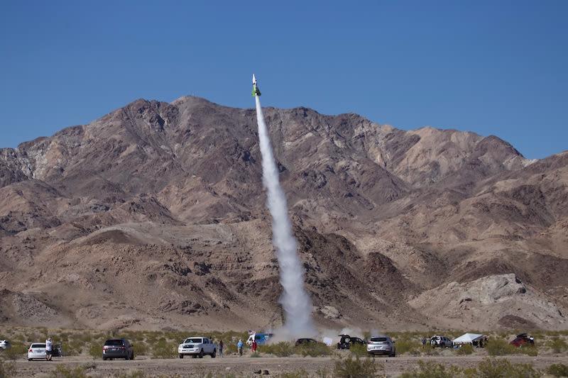 Teoria della Terra piatta: dopo mesi di ritardi, Mike Hughes si lancia col suo razzo artigianale
