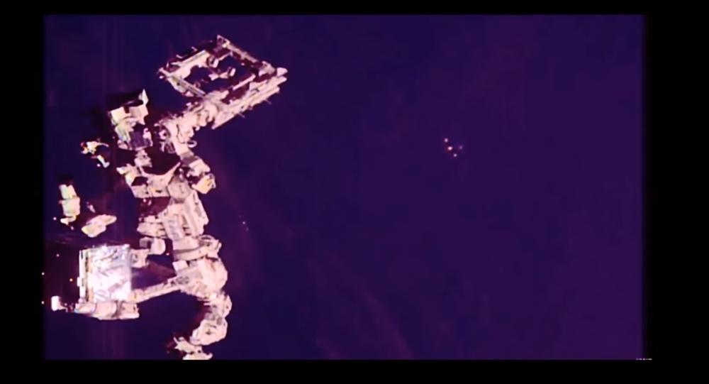 Un UFO catturato vicino alla Stazione Spaziale Internazionale prima di dissolversi nell'oscurità